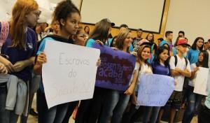 Alunos do ensino médio fazem protesto na Câmara contra a reforma da Previdência