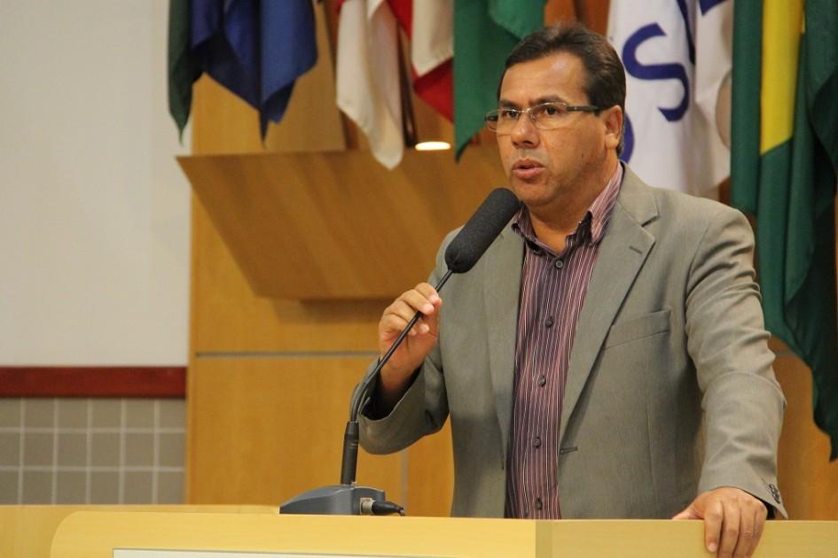 Arildo Batista pede substituição de postes de madeira no Bandeira Branca II