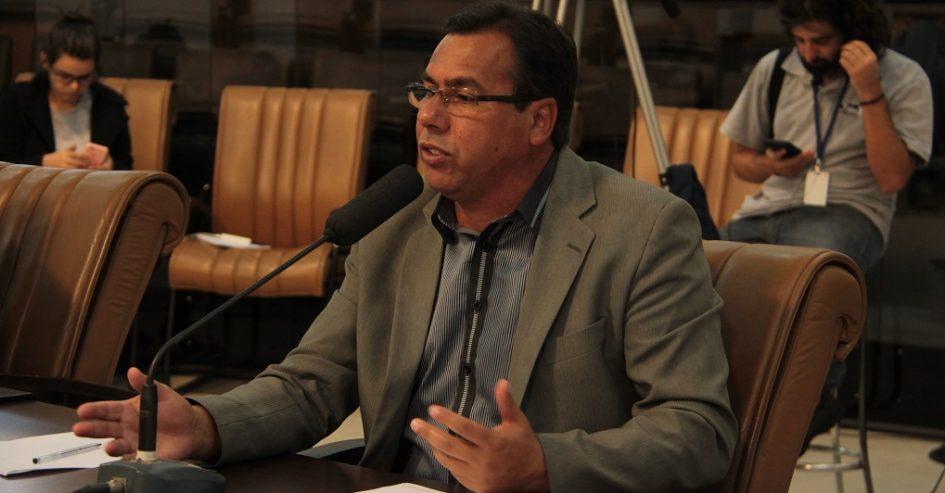 Arildo questiona Prefeitura sobre falta de baterias para aparelhos auditivos em Jacareí