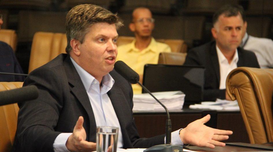 Rodrigo Salomon pede reposicionamento de poste em frente à garagem de munícipe