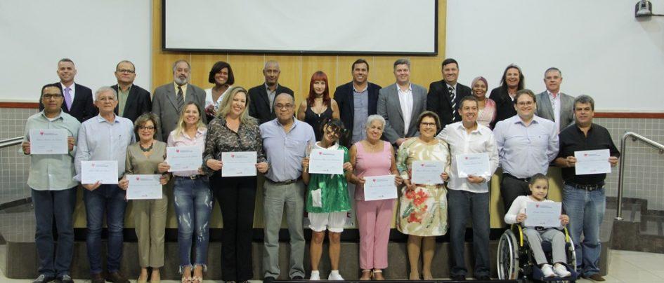 Profissionais da Saúde recebem homenagem dos vereadores em noite solene na Câmara de Jacareí