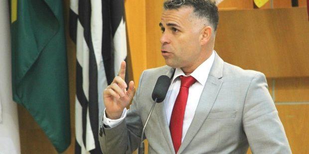 Luís Flávio volta a questionar plano de carreira de professores da rede municipal