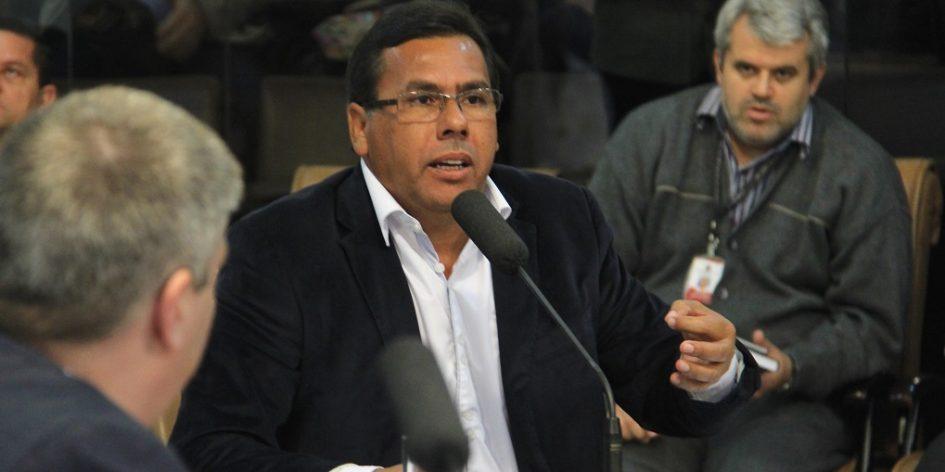 Arildo indica conserto de piso e rebaixamento de guia em calçada no Jardim Pereira do Amparo