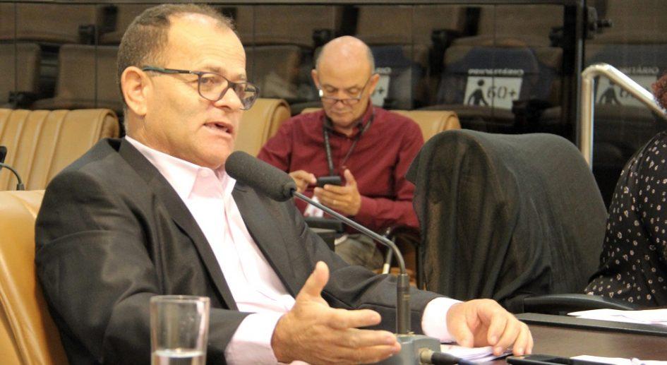 Juarez questiona falta de remoção de árvore que está prejudicando construções