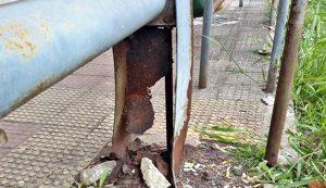 Estrutura desgastada não protege passageiros em abrigo de ponto de ônibus