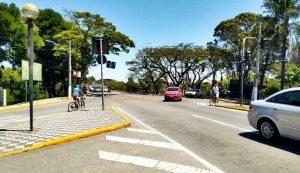 Falta de semáforo para pedestres faz pessoas se arriscarem em cruzamento