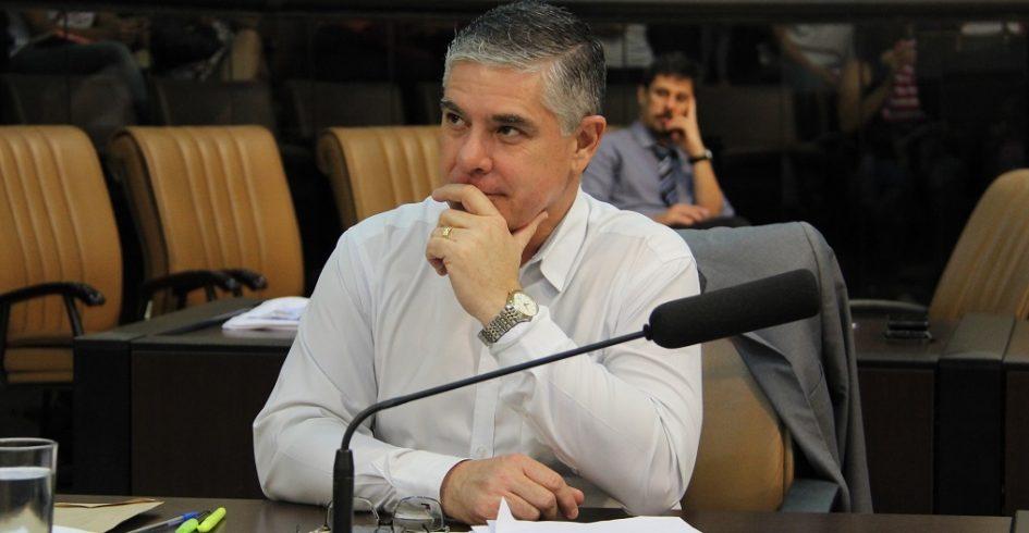 Fernando da Ótica indica limpeza e revitalização em canteiro de calçada do Mercado Municipal