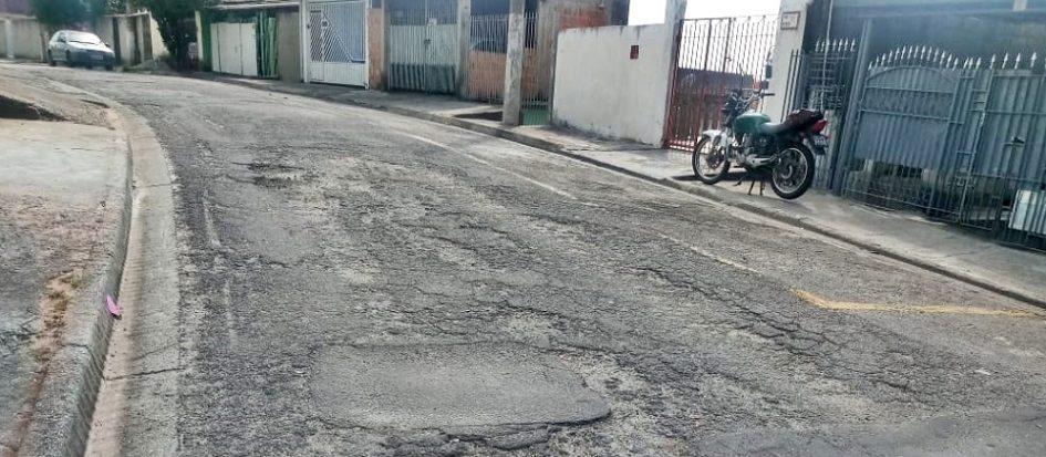 Vereadora cita Constituição em indicação para consertar asfalto na zona oeste