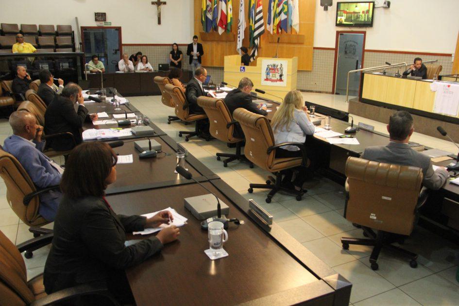 Câmara aprova lei que proíbe acorrentar cães e gatos em Jacareí