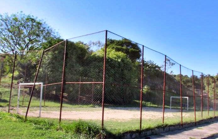 Pragas proliferam em campo de futebol no Jardim Esperança