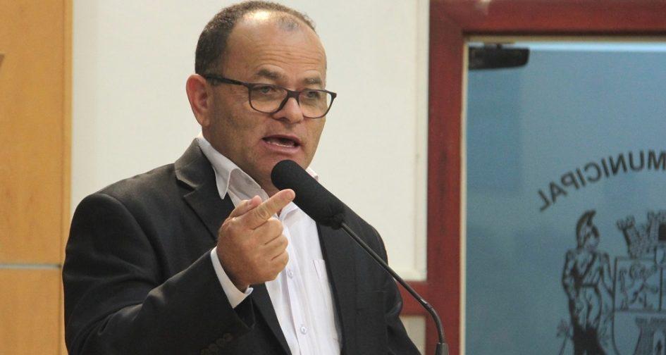 Juarez pede manutenção em calçada do EducaMais Parque Santo Antônio