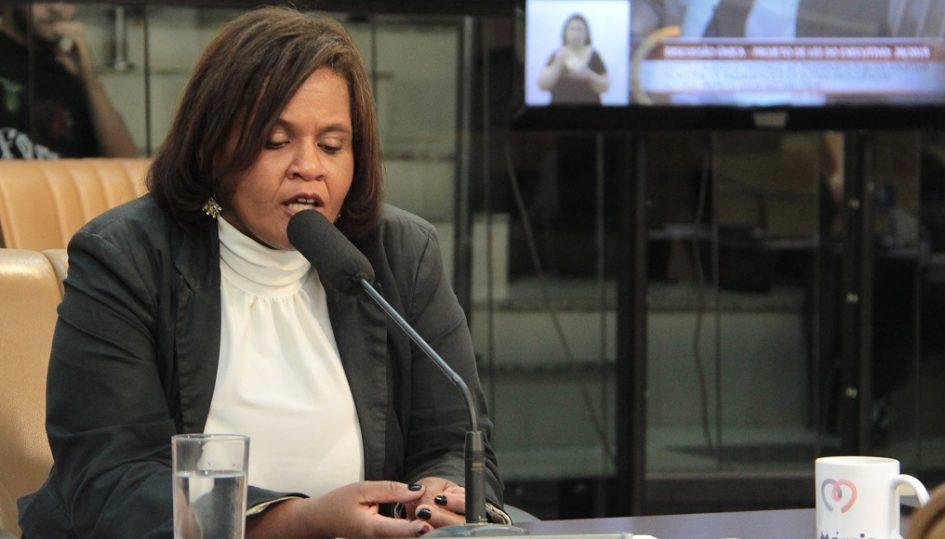 Márcia quer demarcação de vagas de estacionamento em via pública e em escola das regiões leste e oeste