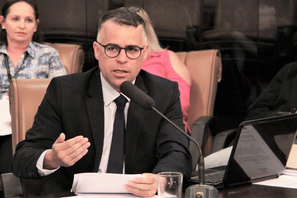Luís Flávio cobra respostas sobre concurso público para professores realizado em 2016