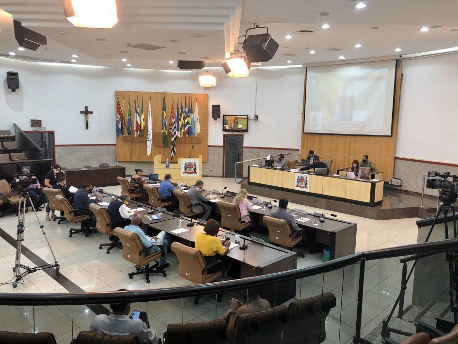 Câmara adia discussão de projeto que obriga retirada de fios desligados dos postes