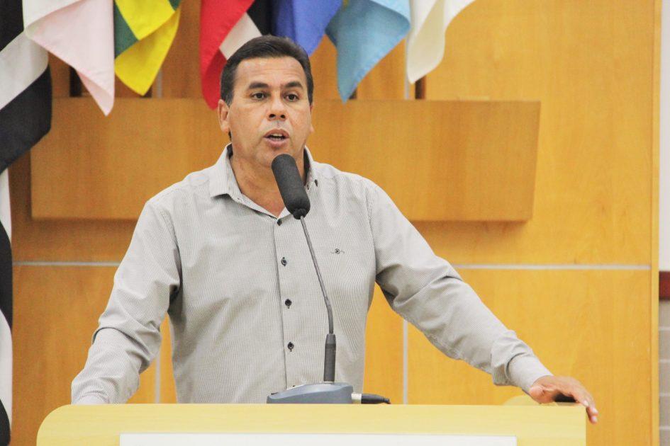 Arildo demanda serviço de capina para área do Jardim Nova Esperança