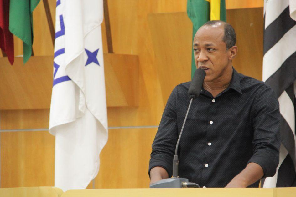 Rogério Timóteo pede informações sobre limpeza de terrenos abandonados