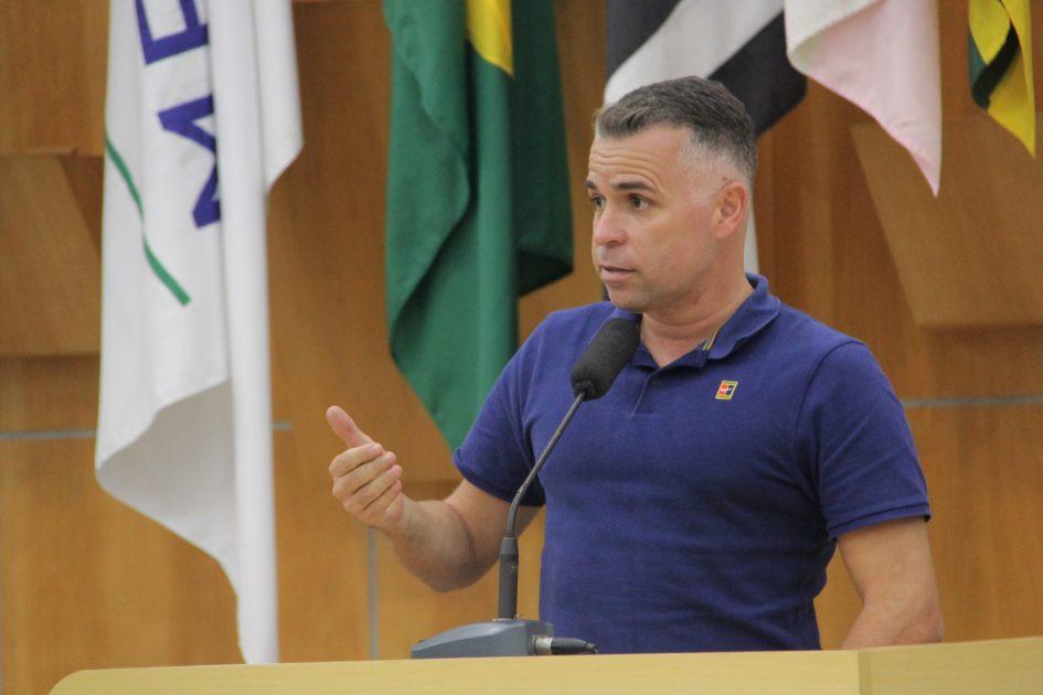 Luís Flávio faz indicação para limpeza de córrego no Jardim Santa Maria