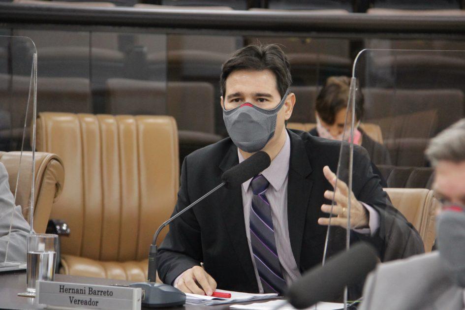 Hernani questiona Izaias sobre conclusão de asfalto na Rua José Carlos Galvão, no Bandeira Branca I