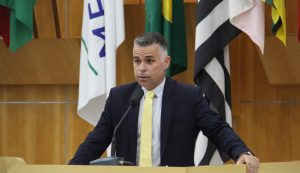 Luís Flávio questiona baixos salários e alta carga horária de nutricionistas da Prefeitura