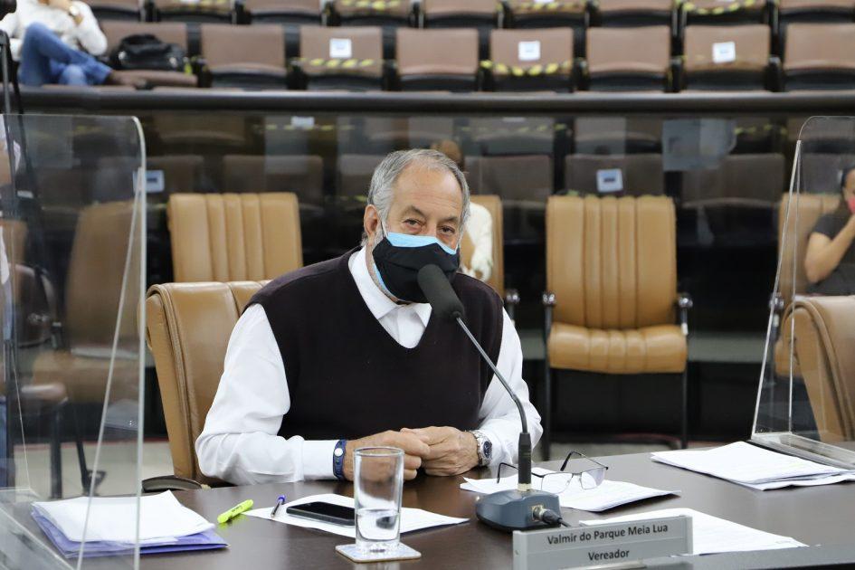 Valmir questiona falta de conclusão de obras em estradas dos bairros do Pinhal e dos Brotas